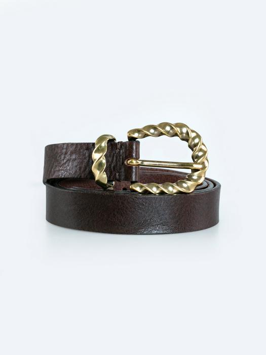 Черный кожаный ремень с металлической пряжкой